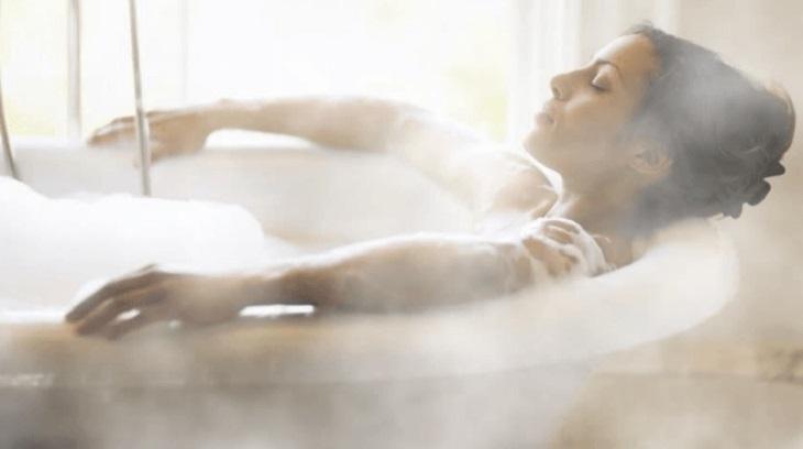 Người bị mề đay không nên tắm nước quá nóng hoặc quá lạnh