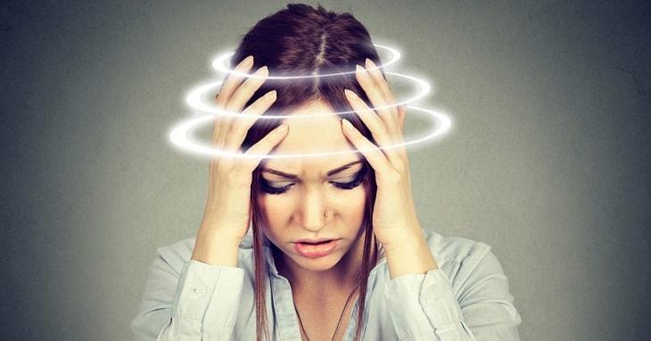 Người bệnh có biểu hiện thất thường như: Mơ hồ, lúc nhớ lúc quên, thẫn thờ,...