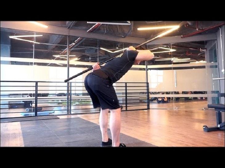Hip Hinge sử dụng phần hông với mục tiêu cố định xương cột sống
