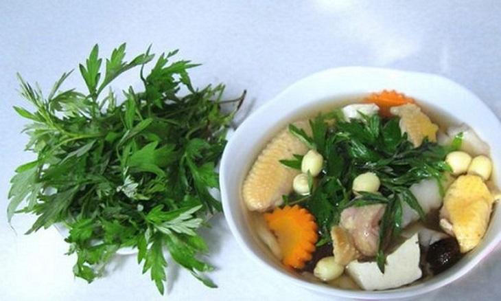 Chân giò lợn hầm ngải cứu là một món ăn ngon và tốt cho người thận âm hư