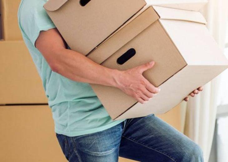 Người lao động nặng hoặc mang vác thường xuyên khiến cho đốt sống lưng phải chịu áp lực lên nhiều lần