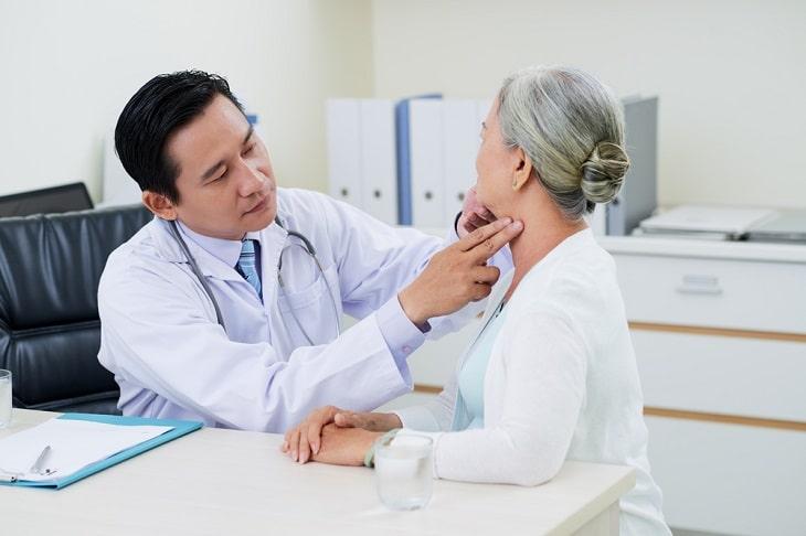 Bác sĩ kiểm tra tại chỗ trước khi thực hiện các xét nghiệm