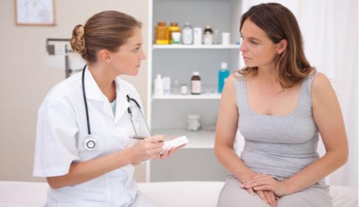 Bác sĩ trao đổi về bệnh lý với bệnh nhân