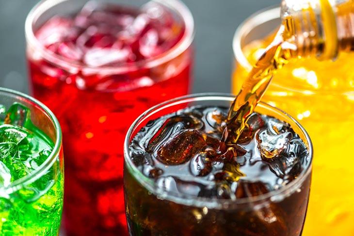 Trẻ em bị đau dạ dày không nên uống nước ngọt