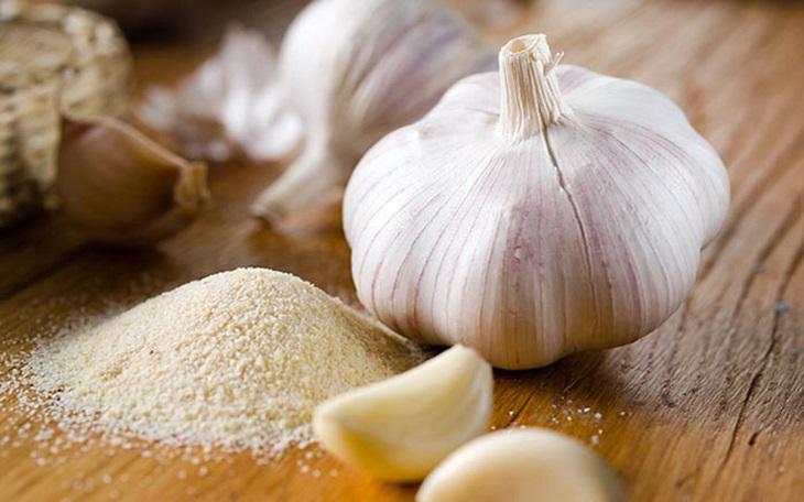 Dùng tỏi để ăn trực tiếp vừa tốt cho sức khỏe vừa cải thiện triệu chứng chàm da