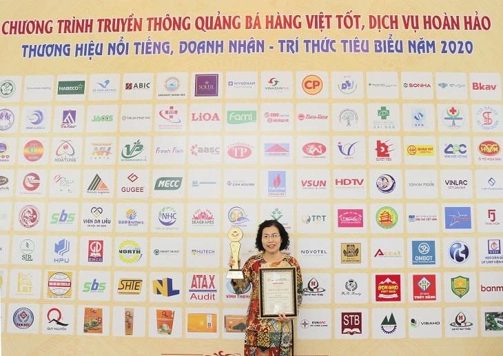Bác sĩ Nguyễn Thị Vân Anh đại diện đơn vị Nhất Nam Y Viện lên nhận giải thưởng cao quý