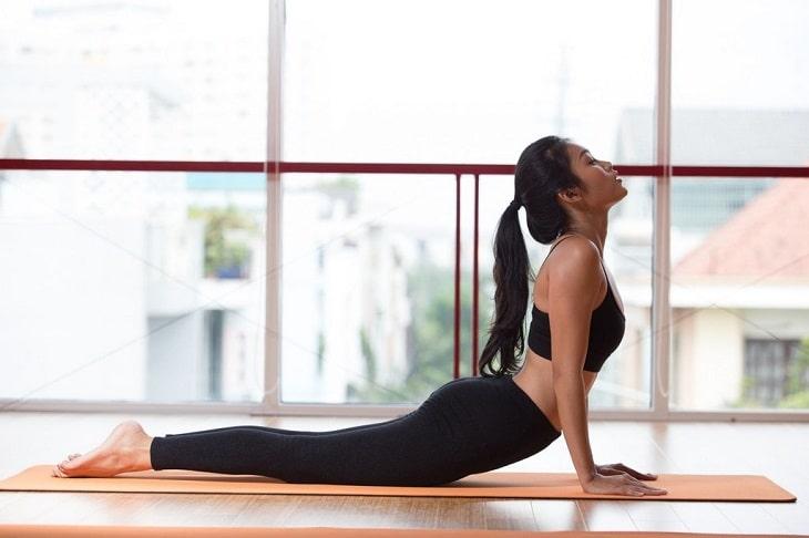Tư thế rắn hổ mang sẽ có tác dụng uốn lưng giúp cột sống chắc khỏe hơn