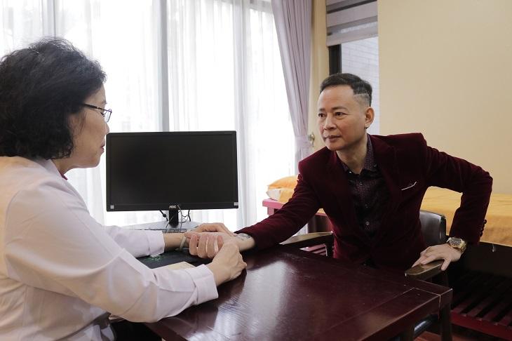 TS. BS Nguyễn Thị Vân Anh là nguwoif tiếp nhận thăm khám và điều trị cho nghệ sĩ Tùng Dương