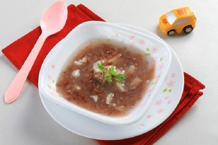 Nấu cháo đậu đỏ cho trẻ ăn ở nhà giúp cải thiện triệu chứng do bệnh chàm