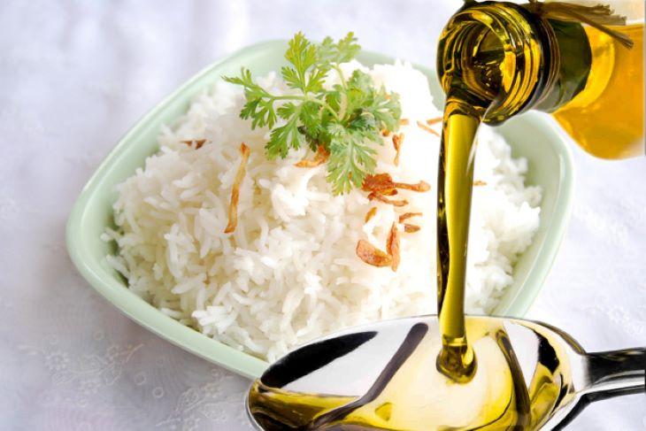 Bổ sung dầu dừa trong các bữa ăn hằng ngày để da được cấp ẩm, giảm viêm