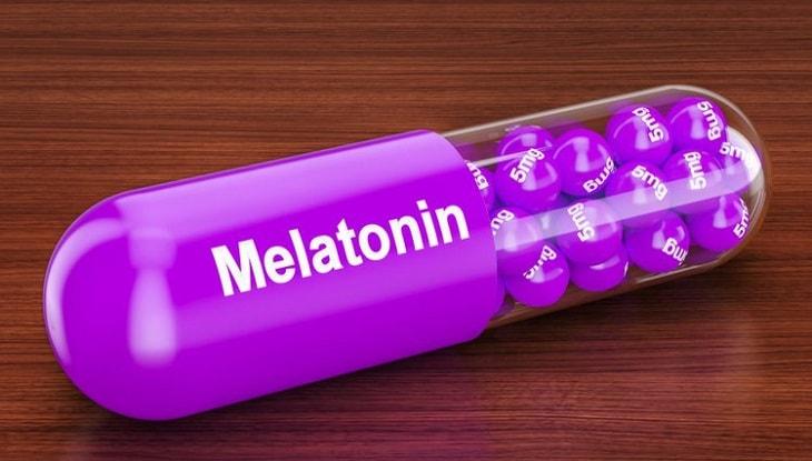 Hoạt chất melatonin dạng tổng hợp/bán tổng hợp hoặc chiết xuất tự nhiên sẽ giúp điều hòa giấc ngủ