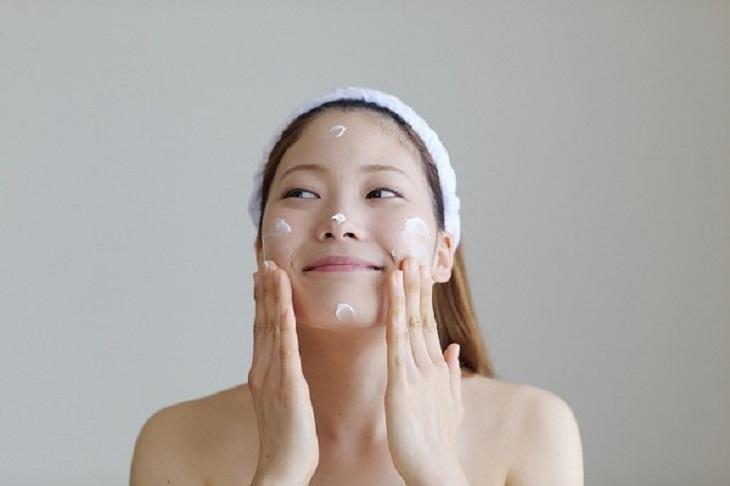Những lưu ý khi sử dụng kem dưỡng ẩm trong quá trình điều trị bệnh