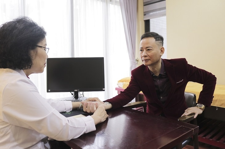 Bác sĩ Nguyễn Thị Vân Anh đã trực tiếp thăm khám và đánh giá về quá trình phục hồi sau khi dùng thuốc chữa yếu sinh lý của nghệ sĩ Tùng Dương