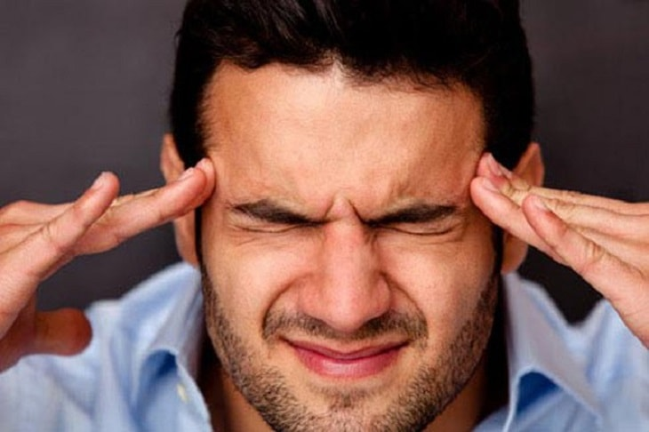 Nghẹt mũi, chảy nước mắt, cảm giác lạnh, đau đầu là biểu hiện của cảm cúm thông thường