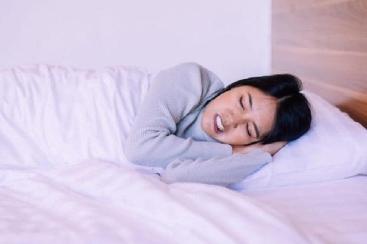 Nghiến răng khi ngủ có thể do yếu tố di truyền, sinh lý hoặc cấu trúc hàm,...