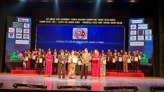 Đại diện đơn vị Nhất Nam Y Viện nhận giải thưởng cao quý trong buổi lễ