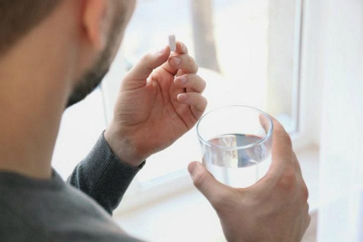Uống thuốc hạ sốt là cách làm đơn giản và hiệu quả giúp giảm nhiệt độ cơ thể
