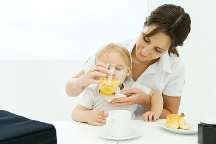 Trẻ em hay người lớn mắc sốt siêu vi đều cần bổ sung đầy đủ nước và chất dinh dưỡng