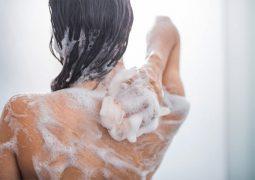 Sử dụng loại sữa tắm viêm da cơ địa lành tính để bảo vệ làn da