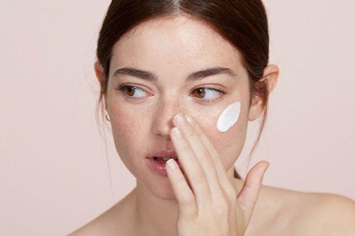 Thoa kem dưỡng ẩm thường xuyên để giữ cho làn da vẻ đẹp mịn màng tự nhiên
