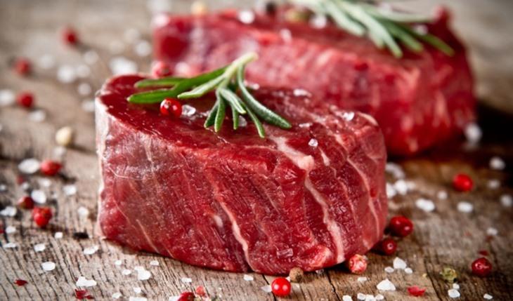 Các loại thịt đỏ bao gồm thịt bò, thịt cừu có hàm lượng đạm cao rất dễ kích ứng viêm nhiễm