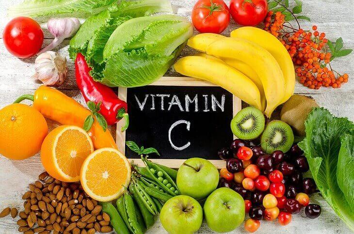 Các loại rau củ và trái cây tươi là thành phần không thể thiếu trong thực đơn hàng ngày của bé
