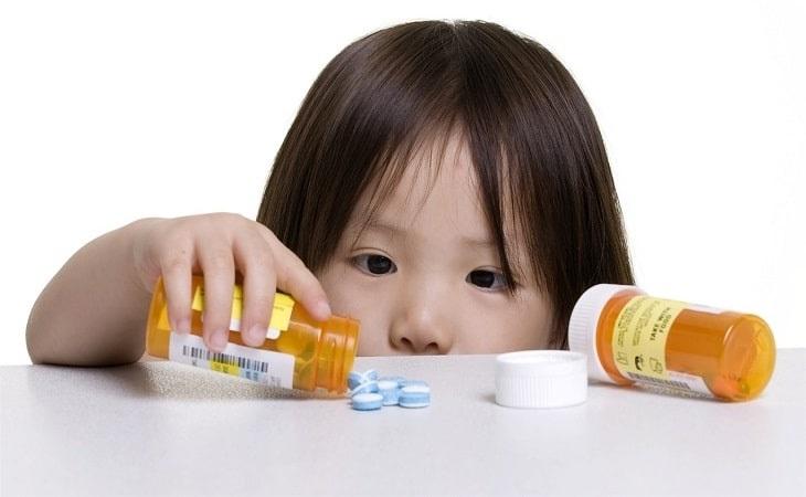 Không nên để trẻ sử dụng quá nhiều thuốc Tây vì chúng sẽ ảnh hưởng xấu đến dạ dày