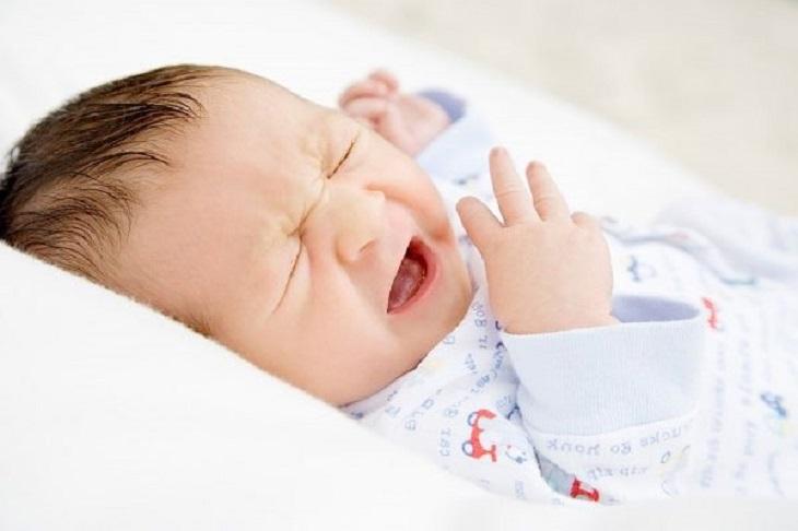Tình trạng nghẹt mũi khiến trẻ sơ sinh luôn khó chịu, quấy khóc