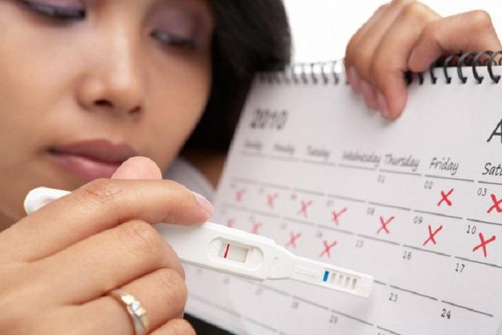 Uống nước lá đinh lăng trị rối loạn kinh nguyệt được nhiều trị em áp dụng