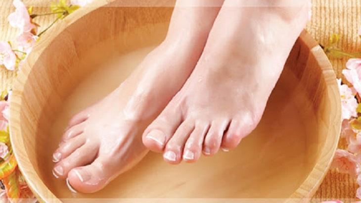 Ngâm chân với nước lạnh để cải thiện các triệu chứng của bệnh viêm da