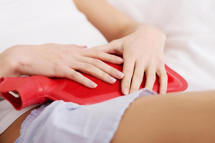 Sử dụng phương pháp chườm lạnh để giảm ngứa viêm da cơ địa vùng kín tại nhà