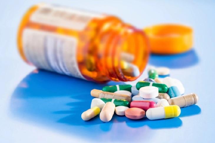 Rất nhiều loại kháng sinh được kết hợp nhằm điều trị viêm và tiêu diệt vi khuẩn