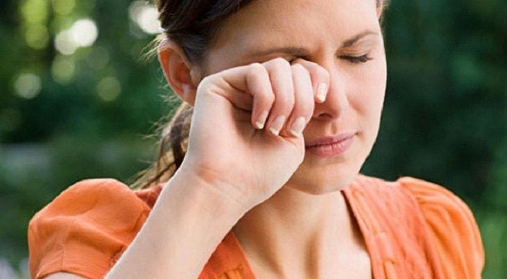 Triệu chứng ngứa và đau mắt rất điển hình khi bị viêm màng bồ đào