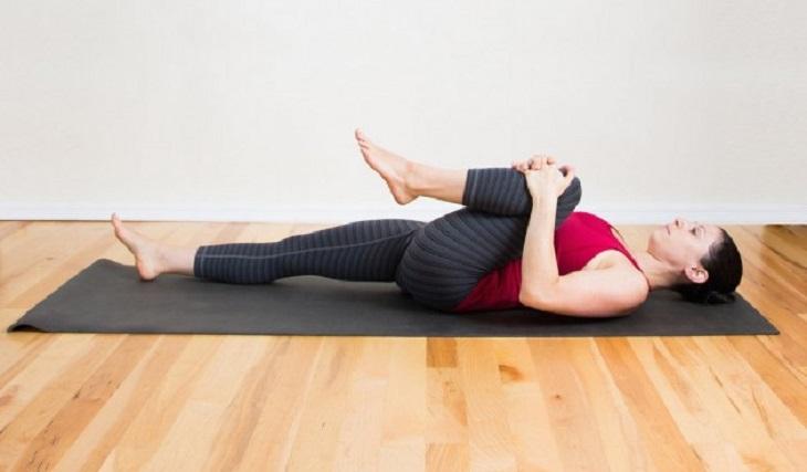 Bài tập kéo giãn cơ lưng bên chân co tốt cho người bị thoái hóa cột sống