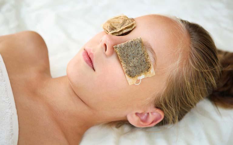 Cách chữa mắt thâm bằng túi trà