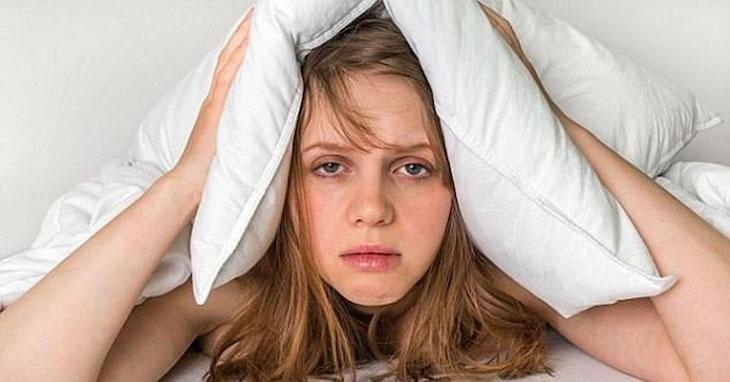 Tình trạng ngủ không sâu giấc, hay thức dậy giữa đêm là biểu hiện bệnh