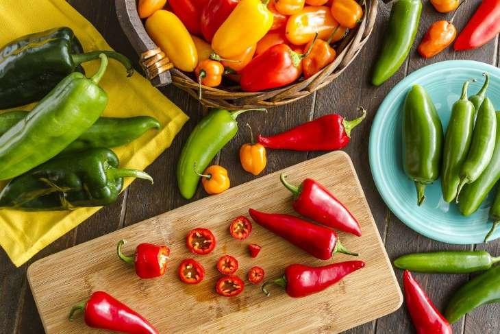 Đồ ăn cay nóng có thể khiến bạn bị nóng trong và khó chịu khi đi ngủ