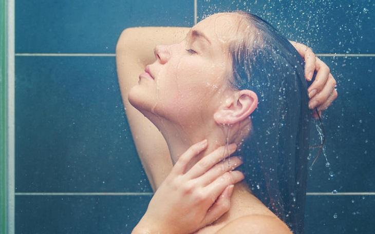 Tắm nước ấm là một trong những mẹo mặt chữa mất ngủ đơn giản nhưng vô cùng hiệu quả