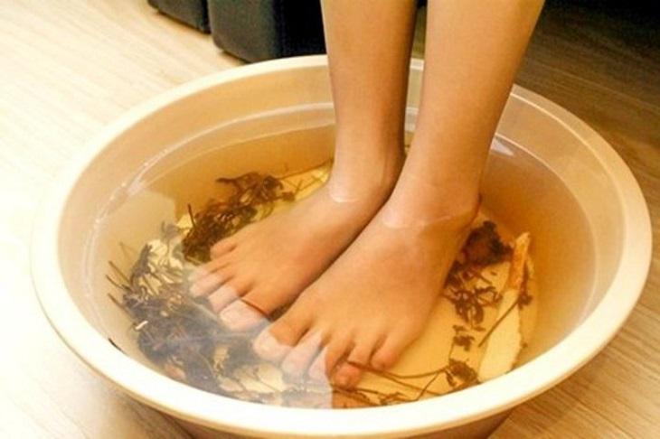 Bạn nên ngâm chân nước ấm mỗi tối để giúp dễ dàng đi vào giấc ngủ hơn