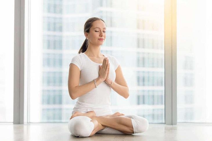 Để cải thiện chất lượng giấc ngủ, bạn nên dành thời gian ngồi thiền mỗi ngày