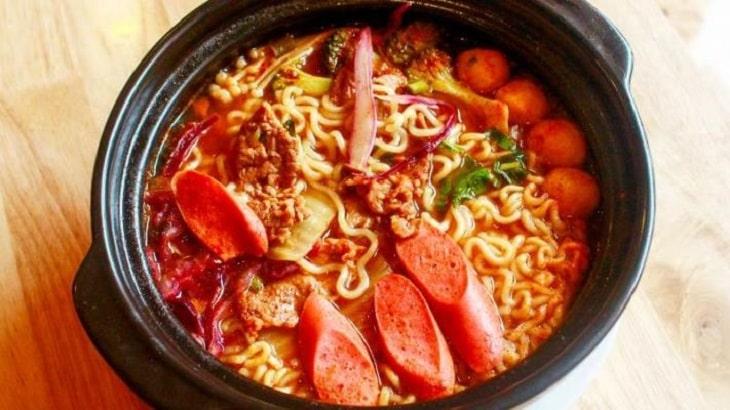 Việc ăn quá nhiều đồ cay nóng có thể dẫn tới tình trạng nhiệt miệng