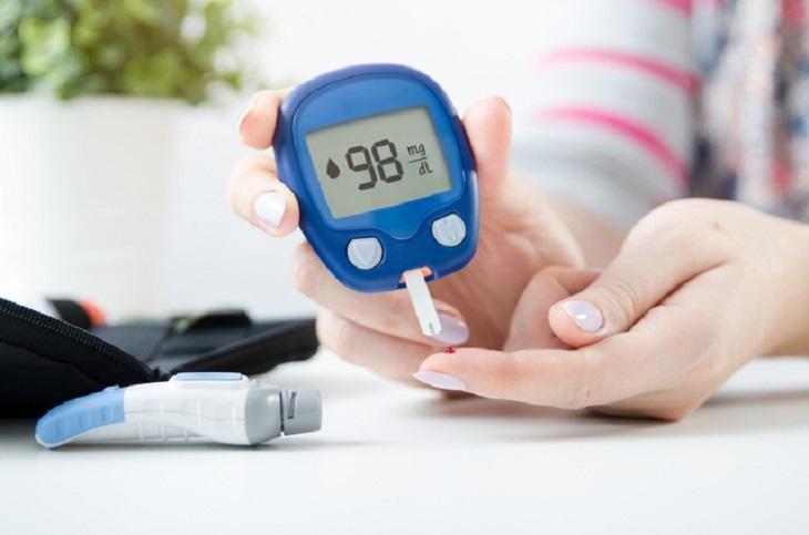Người bị tiểu đường nên đo lượng đường huyết thường xuyên để kiểm soát bệnh