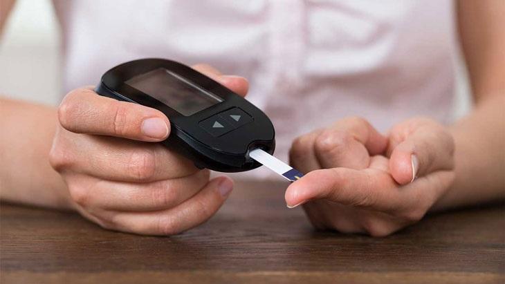 Hạ đường huyết cũng có thể là nguyên nhân khiến tay chân ra nhiều mồ hôi