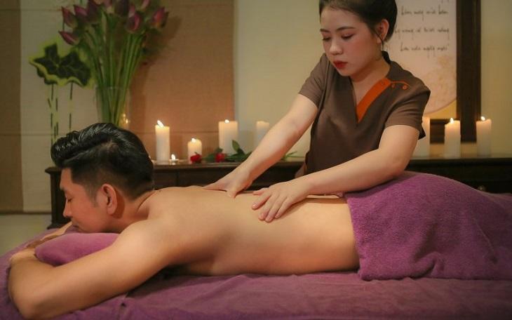 Người bệnh có thể giảm đau bằng massage
