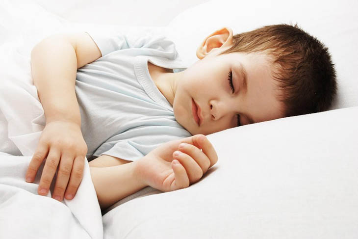 Phụ huynh nên chọn quần áo rộng rãi cho trẻ khi ngủ