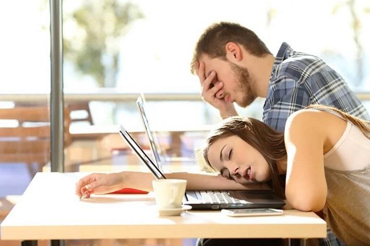 Triệu chứng thường gặp nhất của bệnh là mệt mỏi, căng thẳng, không tập trung khi làm việc, học tập...