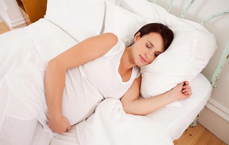 Tư thế ngủ nghiêng trái bà bầu nên áp dụng