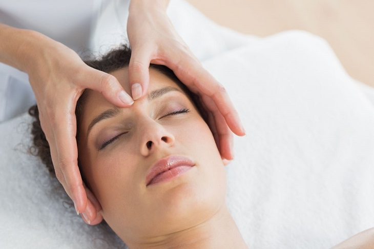 Bấm huyệt chữa mất ngủ là cách điều trị theo Đông y được khá nhiều người áp dụng