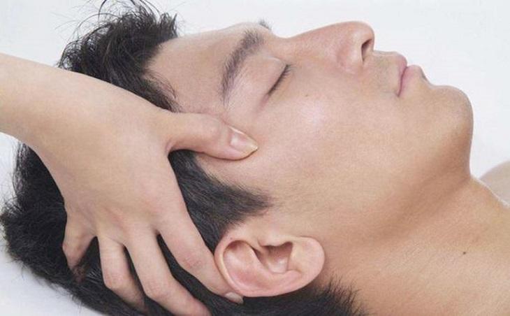 Hai huyệt thái dương thường rất nhạy cảm nên người bệnh day bấm nhẹ nhàng