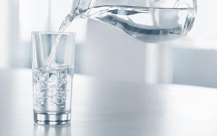 Uống đủ nước mỗi ngày để làn da không bị khô